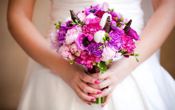 Buchet de mireasa roz asortat cu unghiile miresei